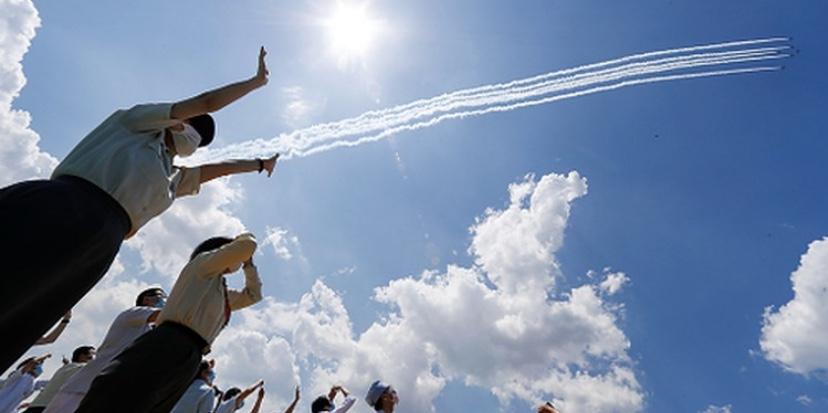 ブルーインパルス、医療従事者に感謝の飛行