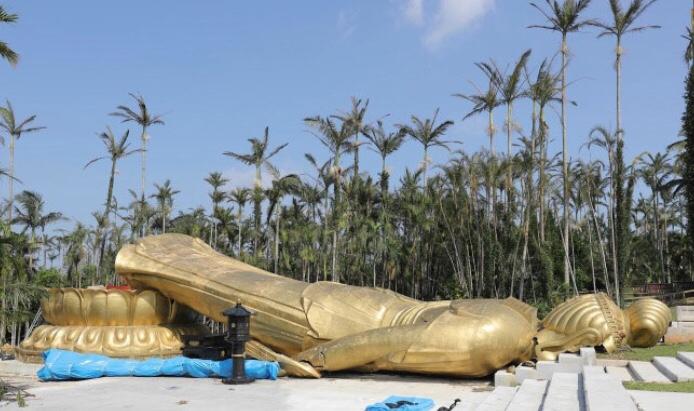 台風24号で高さ25メートル重さ40トンの巨大観音菩薩、倒れる
